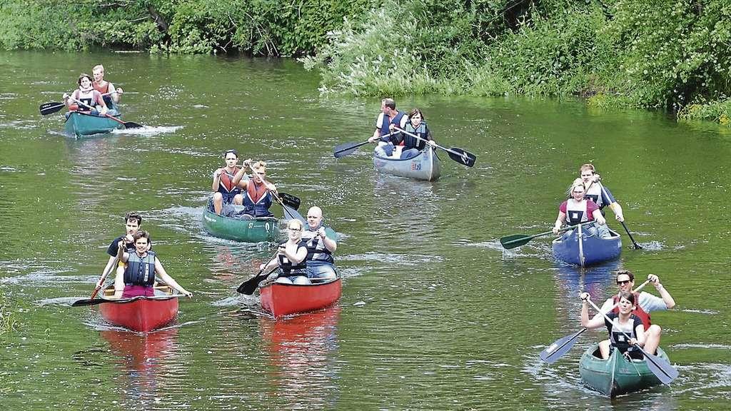Sieben junge Paare steigen in Kanus und lernen Neues über die eigene ...