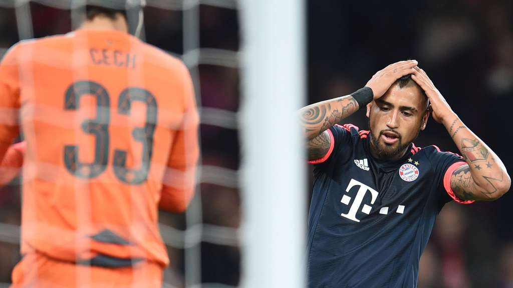 Munich&#39s Arturo Vidal (R) gets angry for a missed opportunity during the UEFA Champions League Group F match between FC Arsenal London and Bayern Munich at the Emirates Stadium in London, Britain, 20 October 2015. Left: Arsenal&#39s keeper Petr Cech. Photo: Tobias Hase/dpa +++(c) dpa - Bildfunk+++