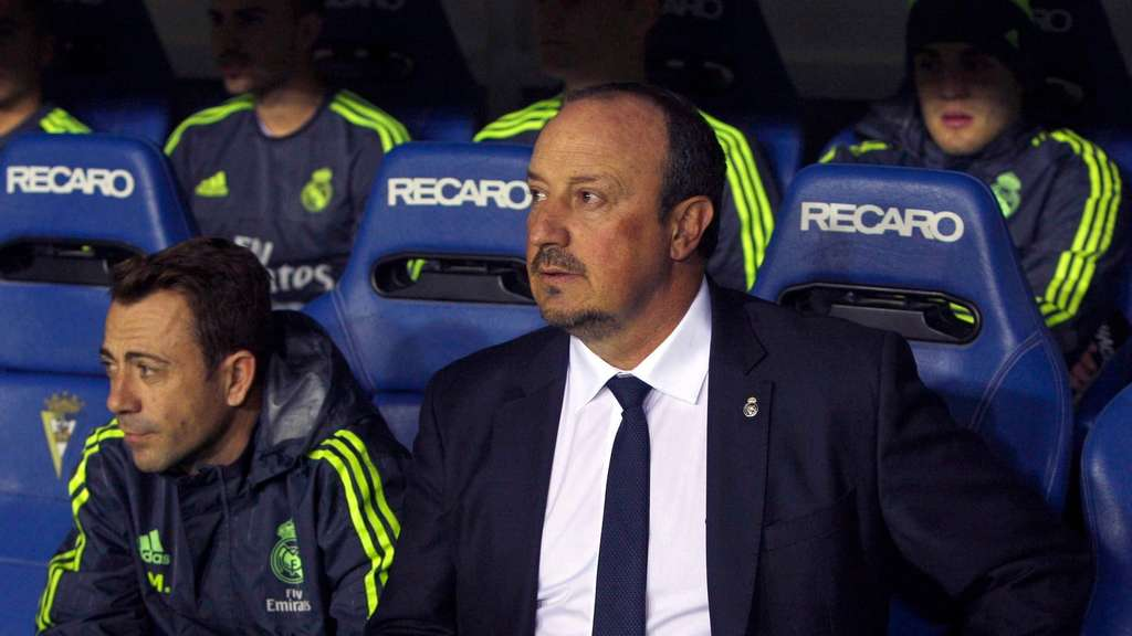 epa05052411 Real Madrid&#39s coach Rafa Benitez (R) during the first leg match of the King&#39s Cup round of 32 played at Ramon de Carranza stadium in Cadiz, Andalusia, Spain 02 December 2015. EPA/RAMON RIOS +++(c) dpa - Bildfunk+++
