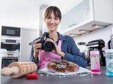 Mit dem Backen ist die Arbeit von Kathrin Runge nicht getan. Als Bloggerin muss sie auch fotografieren können. Runge betreibt seit mehreren Jahren den Back-Blog backenmachtgluecklich.de.