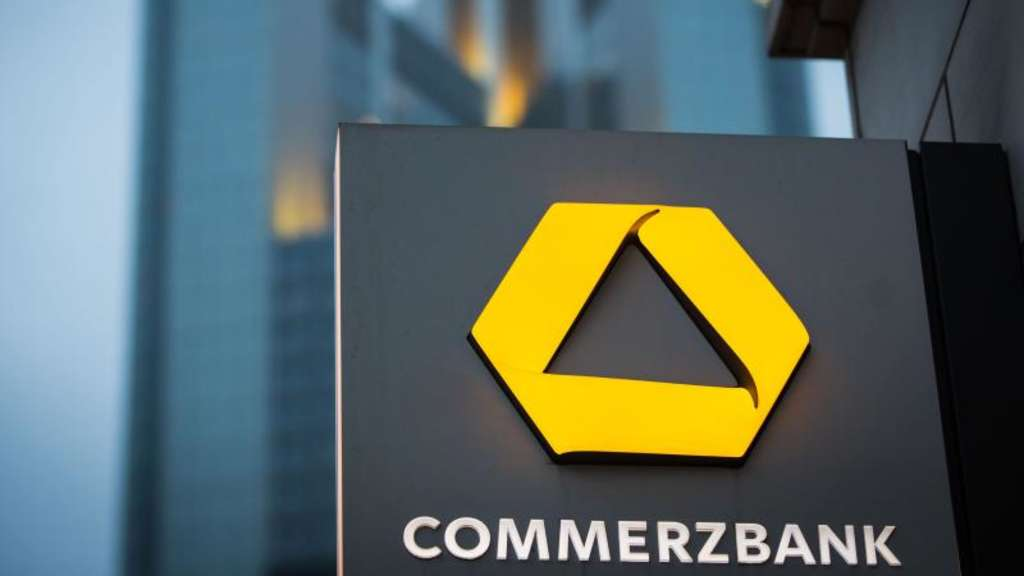 Das Schild einer Commerzbank-Filiale in Frankfurt am Main. Foto: Frank Rumpenhorst/Illustration