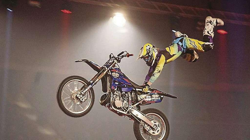 freestyle motocross in der stadthalle stunt show mit waghalsigen vorf hrungen bremen. Black Bedroom Furniture Sets. Home Design Ideas