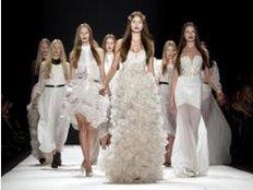 Ganz in Weiß: Für ihr Berliner Modehaus Kaviar Gauche entwerfen die Designerinnen Alexandra Fischer-Roehler und Johanna Kühl eine eigene Hochzeitskleid-Kollektion. Foto: Robert Schlesinger