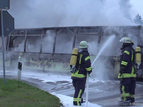 Linienbus steht in Elsfleth in Vollbrand