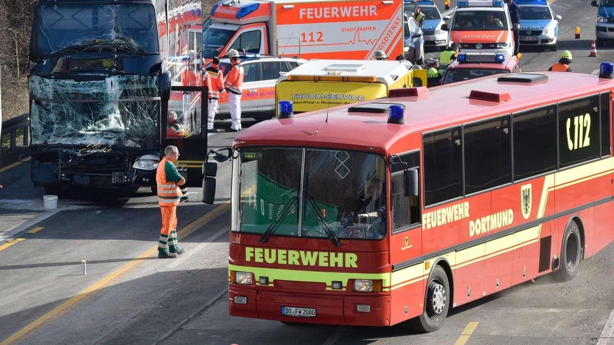 kleinbus mit schulkindern berschl gt sich auf autobahn deutschland. Black Bedroom Furniture Sets. Home Design Ideas