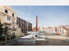 Die Dachterrasse des DOORM in Lissabon bietet Ausblick über die Altstadt.