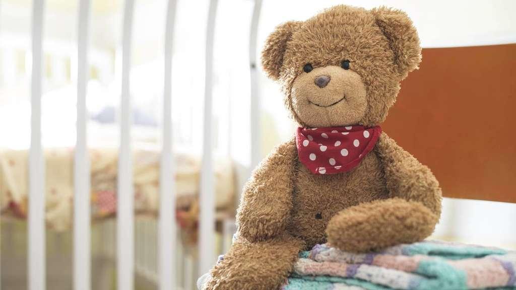 Fußballfans Werfen Stofftiere Für Kinder Aus Einem Krankenhaus In