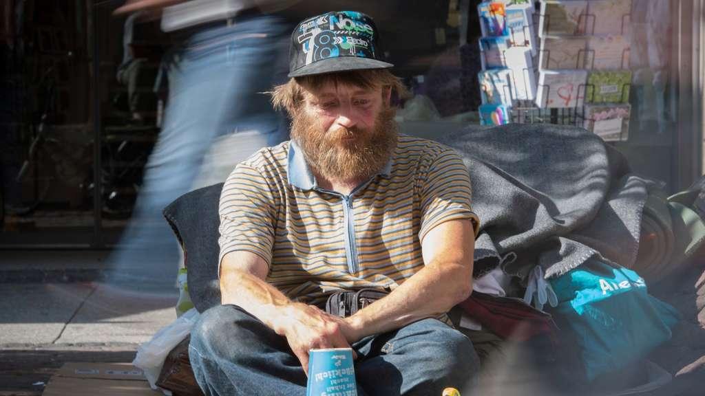 Stadt nimmt obdachlosem spielzeug eisenbahn weg deutschland