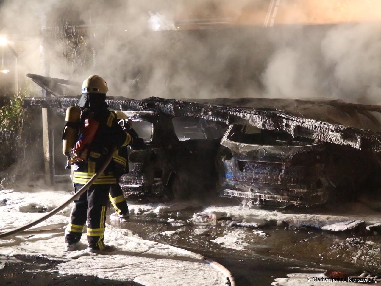 photokade bei einem brand sind zwei autos und ein carport zerstrt worden