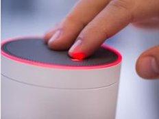 Soll Amazons Echo nicht mehr mithören, kann man das Gerät per Knopfdruck taub schalten. Dann zeigt ein rotleuchtender Ring an, dass der vernetzte Lautsprecher gerade inaktiv ist. Foto: Franziska Gabbert