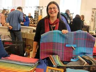 Dagmar Rehse war mit ihrem handgewebten Angebot aus Berlin angereist.