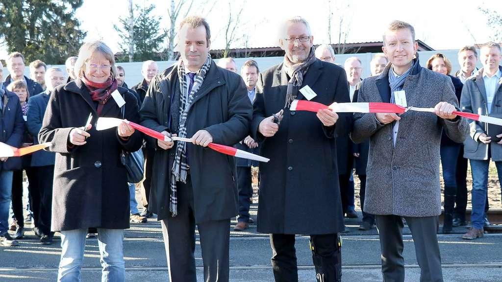 Anja König, Peter Bohlmann, Uwe Roggatz und Henning Rohde (v.l.) schneiden das Band am neuen Bahnübergang durch. - Foto: Wennhold