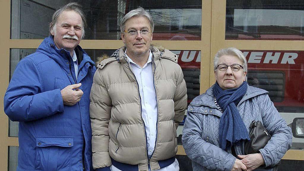 Die WiV-Ratsmitglieder Eckhard Langanke (v.l.), Matthias Grube und Irene Becker machten Station am Feuerwehrhaus in Jeddingen.
