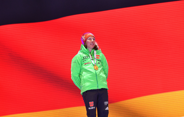 Laura Dahlmeier bei der Siegerehrung in Hochfilzen - kurz danach erlitt sie einen Schwächeanfall.
