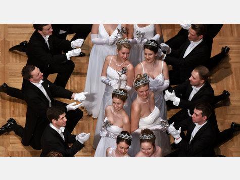 Das Jungdamen- und Jungherrenkomitee während der Eröffnung des Wiener Opernballes in der Staatsoper Wien.