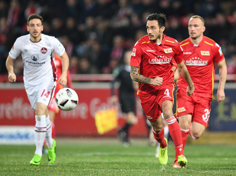 Unions Sebastian Polter (Mitte) und Toni Leistner (r.) treiben den Ball nach vorne, Nürnbergs Kevin Möhwald (l.) läuft nebenher.