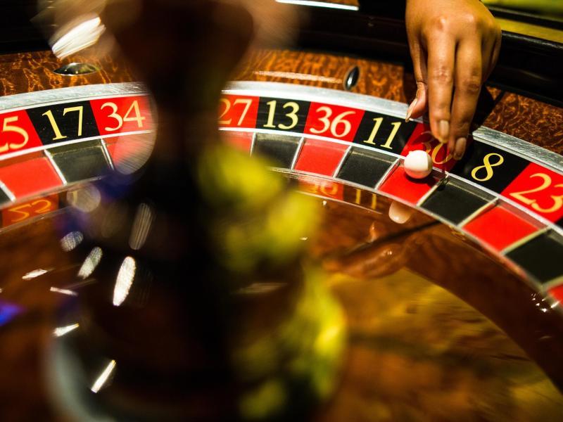 Mann verliert beim Roulette und rastet komplett aus