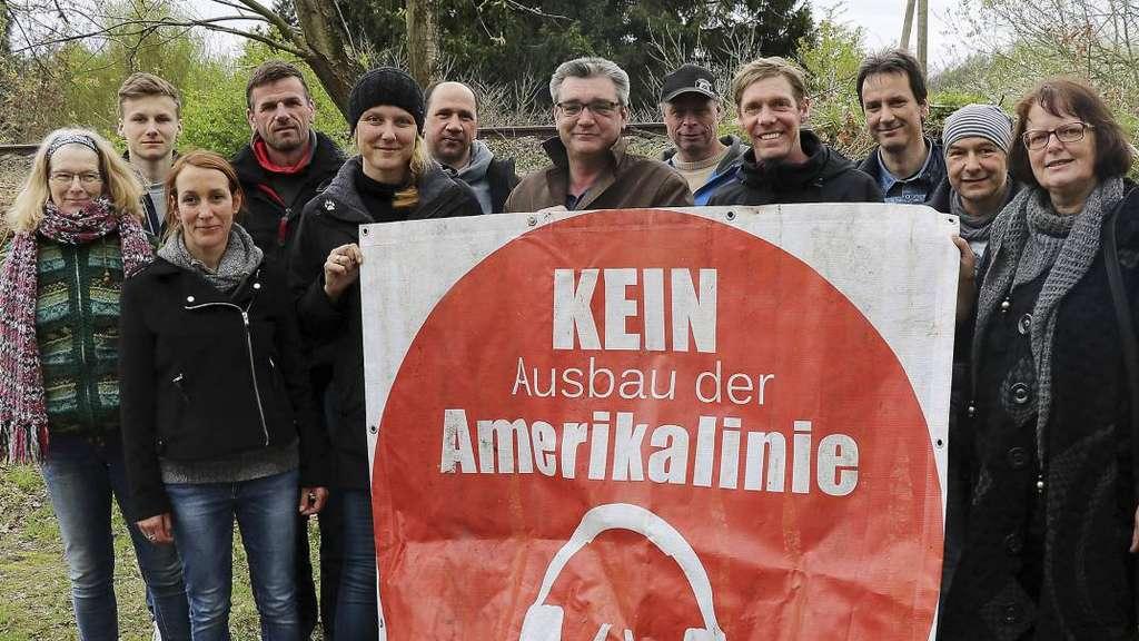 """""""Save Kirchlinteln"""" ist nach wie vor aktiv. Was die Mitglieder derzeit umtreibt, berichten Maik Dudda und Ingo Bertram (3. und 4. von rechts) im Pressegespräch. - Foto: Raczkowski"""