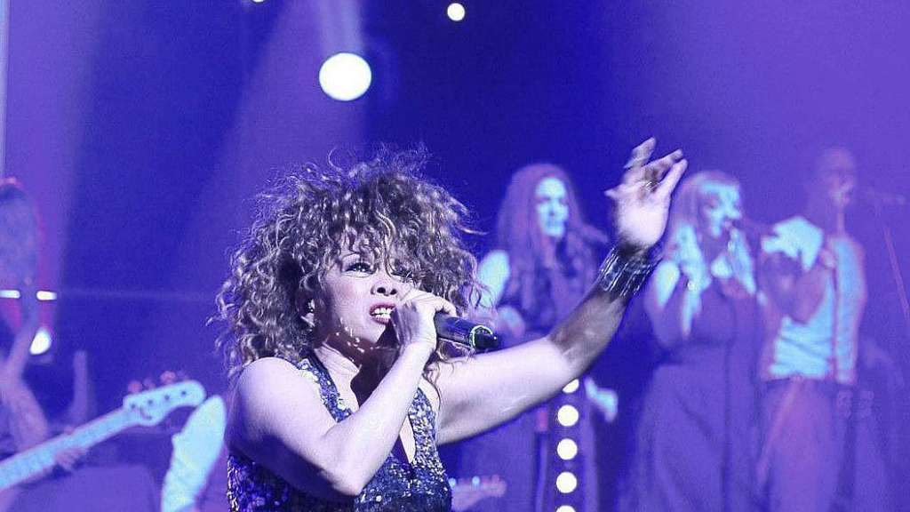 "Tess ""Dynamite"" Smith mimt in ""Tina Turner – The Rock Legend"" den legendären Rockstar. Bei der Show im Musicaltheater am Richtweg waren rund 800 Zuschauer dabei. - Foto: Sussek"