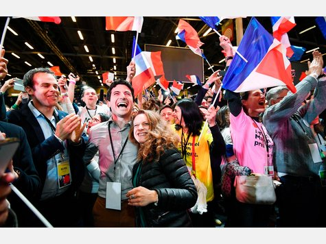 Im ersten Wahlgang in Frankreich hat sich Emmanuel Macron knapp vor Marine Le Pen durchgesetzt. In zwei Wochen treten der parteilose Linksliberale und die Frontfrau des rechtspopulistischen Front National in der Stichwahl um das Amt des Präsidenten gegeneinander an. Hier gibt es die Bilder der Wahlpartys beider Lager.