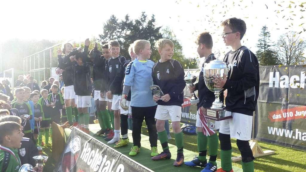 Dicker Siegerpokal und Konfetti: Die Nachwuchsfußballer des TSV Bassum gewannen den Hachetal-Cup und genossen die Ehrung.