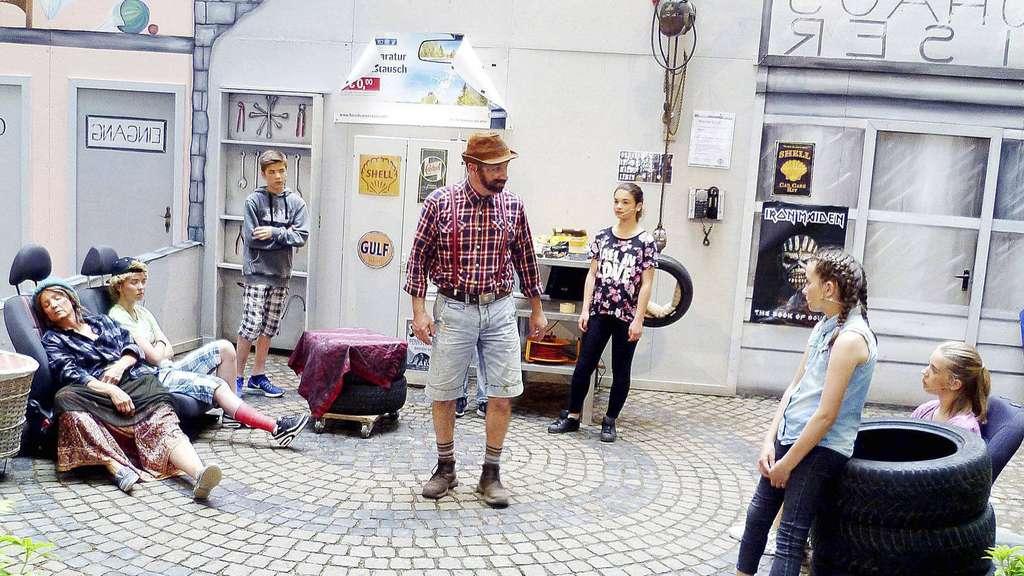 Bemerkenswertes Bühnenbild, tolle Theatertruppe: In Daverden feierte man die Premiere des neuesten Kinder- und Jugendstückes aus der Feder von Edelfried Henning. - Foto: Sommerfeld