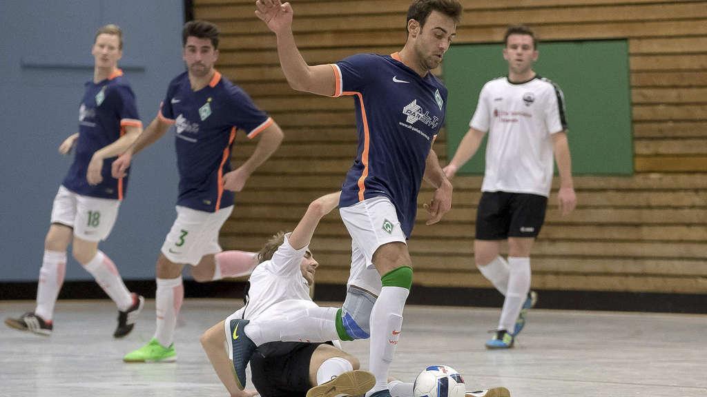 Auch im Futsal wird schon mal die Grätsche ausgefahren, doch ist das Spiel längst nicht so hart wie normaler Hallenfußball. Dragan Muharemi (am Ball) gehört zu den besten Spielern in Deutschland und nun auch zum Auswahlkader des DFB. - Foto: Sven Peter