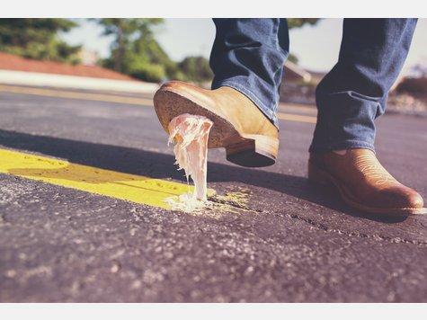 Ob im Haar oder an der Schuhsohle: Ein Kaugummi verklebt einfach alles und ist nur schwer aus der Kleidung oder der Haarpracht zu lösen. Mit ein wenig Cola sollte sich die klebrige Nascherei allerdings wieder von den betroffenen Stellen verabschieden.
