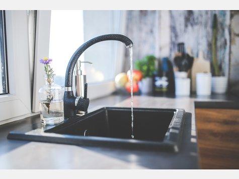 Die Wasserhähne und Spülbecken – sowohl in Küche als auch im Bad – werden beim Reinigen gerne vernachlässigt. So bietet sich der perfekte Nährboden für Hefe- und Schimmelpilze. E.coli Bakterien fühlen sich hier genauso wohl. Vergessen Sie also nicht, diese Bereiche regelmäßig zu putzen.