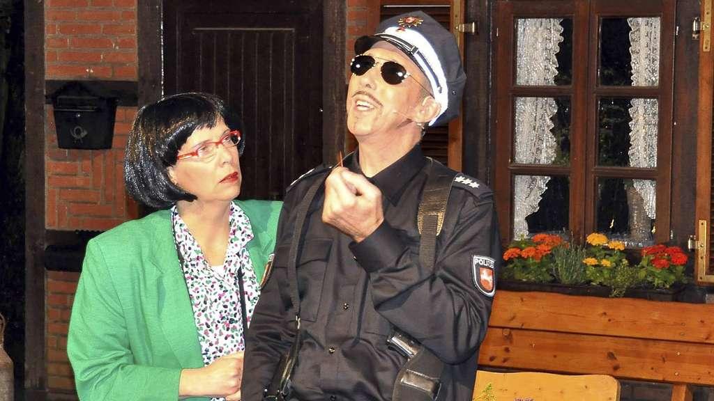"""Katrin Lange-Spreckels spielt die Dorftratsche Lisa Poppe. Und Peter Hellwinkel stellt als """"Dörpschandarm"""" Bernd Becker seine ganz eigenen Ermittlungen an. - Foto: Bruns"""