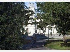 Sechs Milliardäre: Das ist die Zahl, die die Lund Universität in Schweden stolz präsentieren kann. Darunter auch der schwedisch-schweizerische Pharmaunternehmer Frederik Paulsen, der ein geschätztes Vermögen von rund sechs Milliarden Euro haben soll. Er übernahm nach seinem Studium von seinem Vater eine Zeitlang die Leitung des Pharmaunternehmens Ferring mit Sitz in Saint-Prex in der Schweiz.