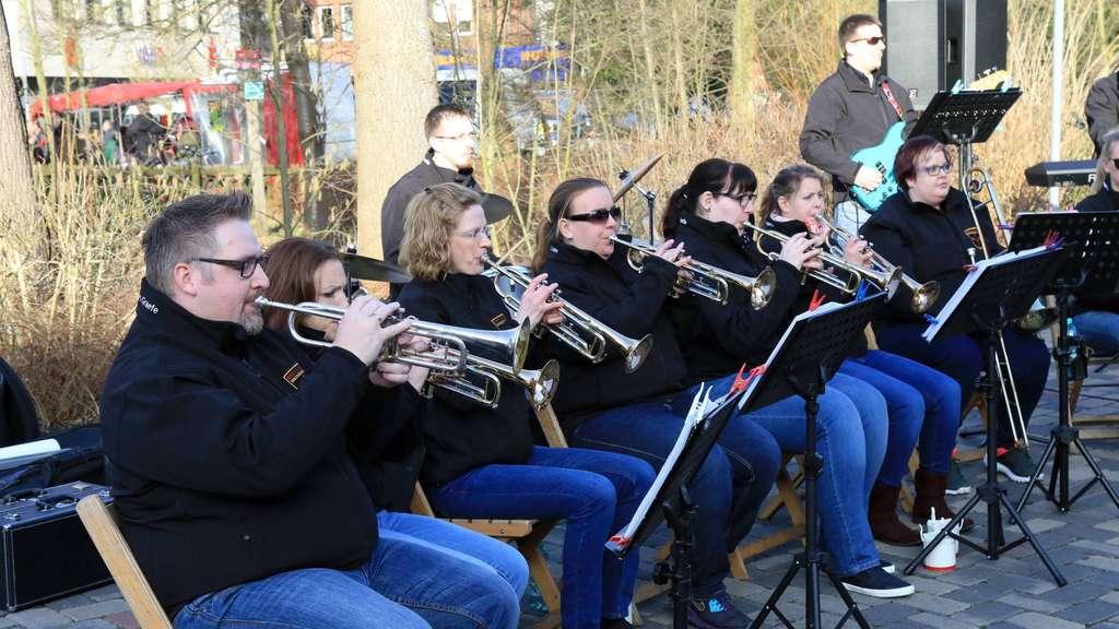 """Die Teilnahme am Frühlingsfest in Syke war der erste Auftritt der Brass Band Wachendorf nach langer """"Abstinenz"""". - Foto: Ehlers"""