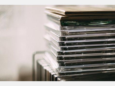 Sie haben doch bestimmt auch ein Regal voller uralter CDs und DVDs, die Sie schon lange nicht mehr angerührt haben. In dem Fall nehmendiese einfach nur noch Platz weg und sollten aus dem Wohnzimmer verbannt werden. Vielleicht können Sie sie auch weiterverkaufen?