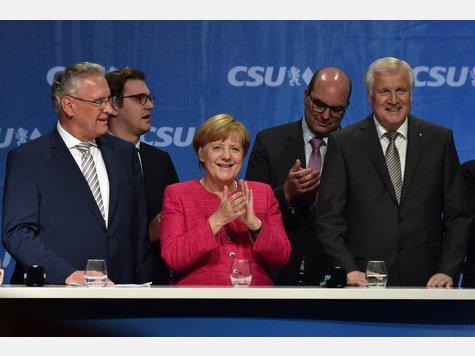 Angela Merkel auf der Wahlkampfveranstaltung der Union am Freitag-Abend in München. Einige AfD- und Pegida-Anhänger störten die Veranstaltung mit lautstarken Pfiffen und Rufen.