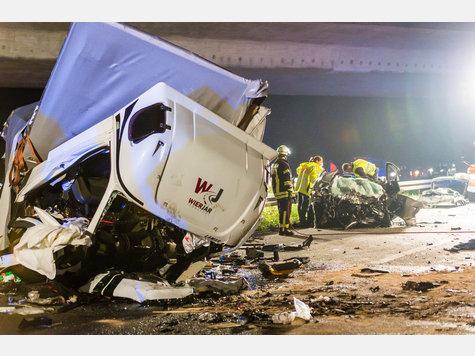 Bei einem Unfall mit einem Geisterfahrer-LKW auf der Autobahn 71 sind drei Menschen ums Leben gekommen.
