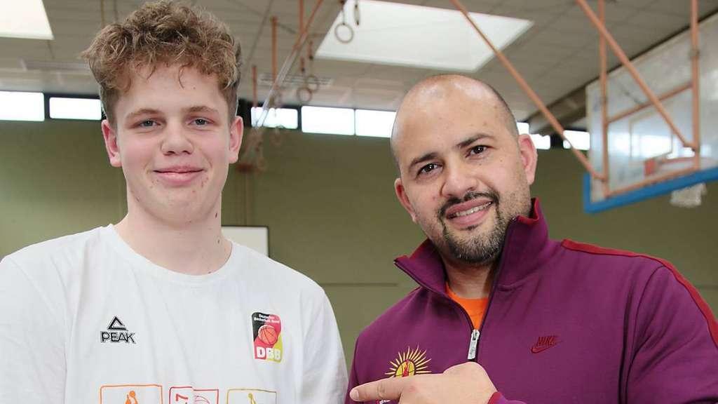 Dejan Stojanovski (38) mit seinem Basketball-Talent Till Wagenfeld. Er glaubt, dass der 14-Jährige in seinem Sport eine große Zukunft hat. - Foto: Schritt