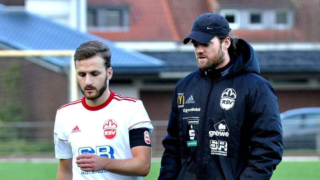 Tim Ebersbach (r., mit Kapitän Kevin Klützke) geht mit großer Lust in den Hit. - Foto: Freese