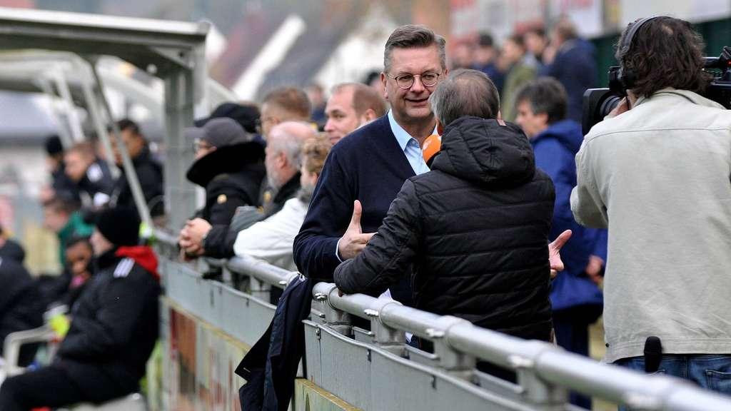 Interview an der Bande: DFB-Präsident und RSV-Mitglied Reinhard Grindel stellt sich im Ahe-Stadion während des Spiels den Fragen des ZDF.