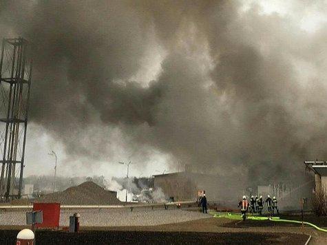 Eine Rauchwolke hängt nach der gewaltigen Explosion über der Gasstation. Foto: Niederösterreichisches Landesfeuerwehrkommando