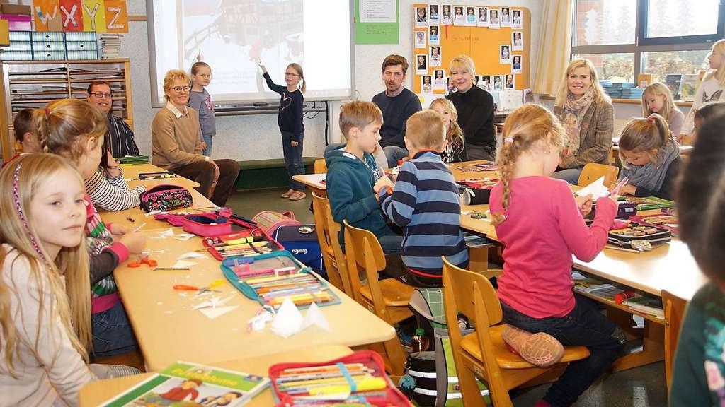 """Die Kinder der Klasse 2b freuen sich über das neue Smartboard, das unter anderem durch eine Spende der Firma """"Getränke Meyer"""" aus Lembruch finanziert wurde.J Foto: Brauns-Bömermann"""