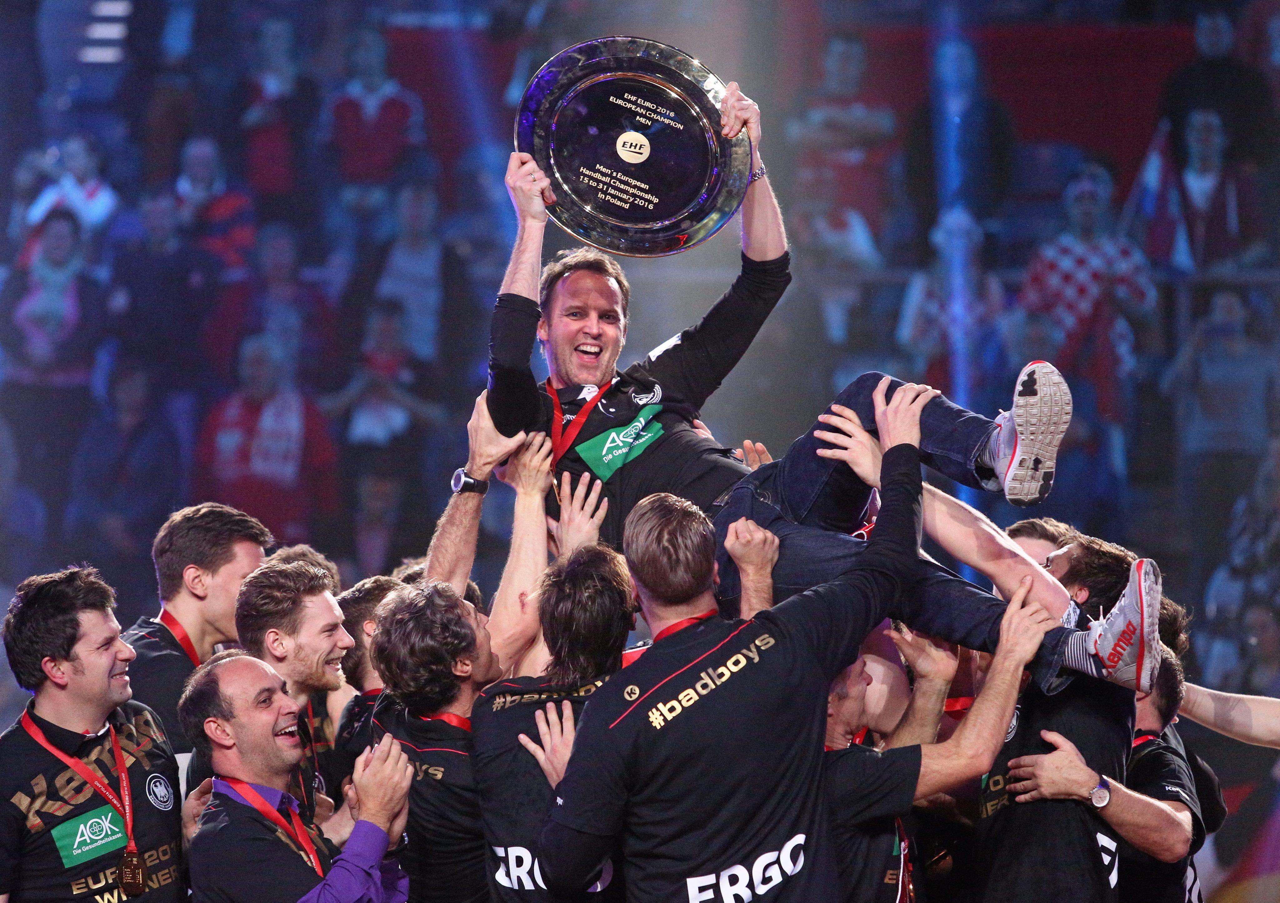 Handball EM 2016 - Finale: Dagur Sigurdsson mit dem Pokal.