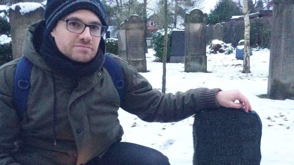 Pablo Hünerberg-Sanchez aus Madrid identifizierte auf dem jüdischen Friedhof in Achim auch den Grabstein von Heinz Anspacher, dessen Leben nur zwölf Tage dauerte.