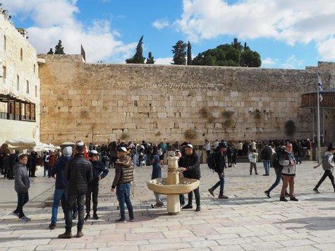 Gläubige Juden an der Klagemauer in Jerusalem.