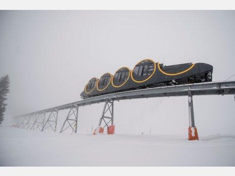 In der Schweiz ist die sogenannte Schwyz-Stoos-Bahn eingeweiht worden. Mit bis zu 110 Prozent Steigung handelt es sich um die steilste Standseilbahn der Welt.