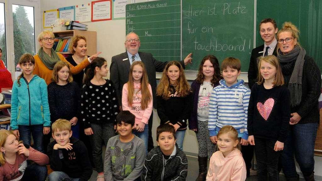 Sie hoffen mit den Kindern auf ein Touchboard: Anja Lösch, Nikola Koch, Manfred Sander, Alex Bering und Inke Bajorat (v.l.). - Foto: Dejo