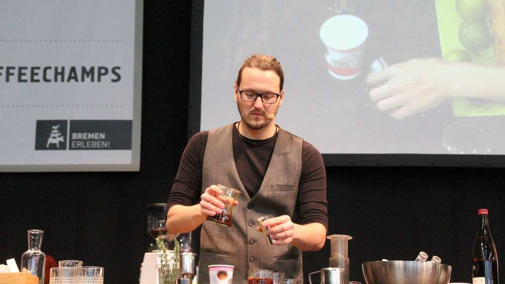Barista Thomas Burckhardt in Aktion. - Foto: mko