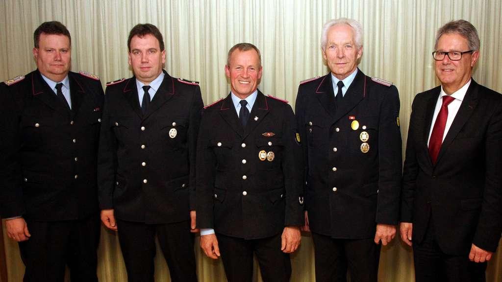Der stelvertretende Gemeindebrandmeister Michael Mangels (links) und Samtgemeindebürgermeister Hartmut Bloch (rechts) danken den langjährigen Feuerwehrleuten (v.l.) Ingo Schlömer, Friedrich Wilhelm Schilling und Wilhelm Rempe.