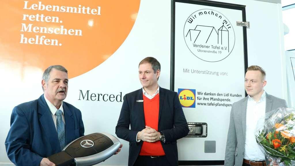 Autohaus-Anders-Betriebsleiter Andreas Kokott (Mitte) sowie Kollege Malte Glander gratulierten dem Vorsitzenden der Verdener Tafel, Reinhard Wadas (links), zum neuen Mercedes-Kühlkoffer. - Foto: Koy