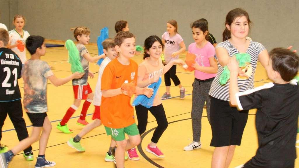 Zunächst gab es einige Koordinationsspiele ohne Ball für die Schüler. - Foto: Rohdenburg