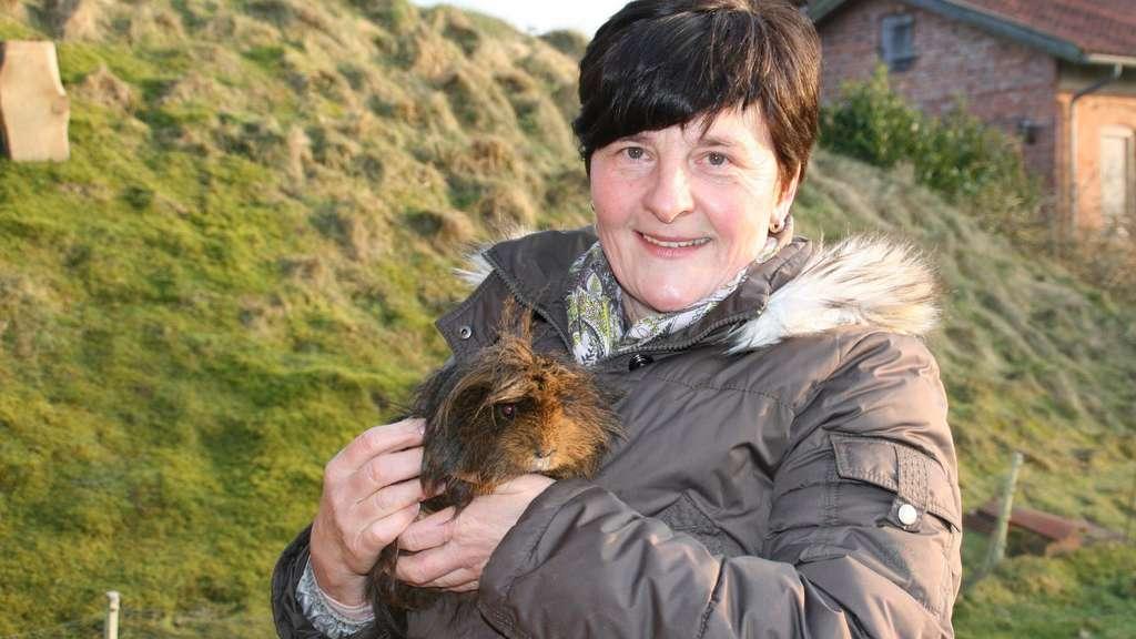 Ramona Schuhmann aus Uepsen hält in ihrem Garten Meerschweinchen ...